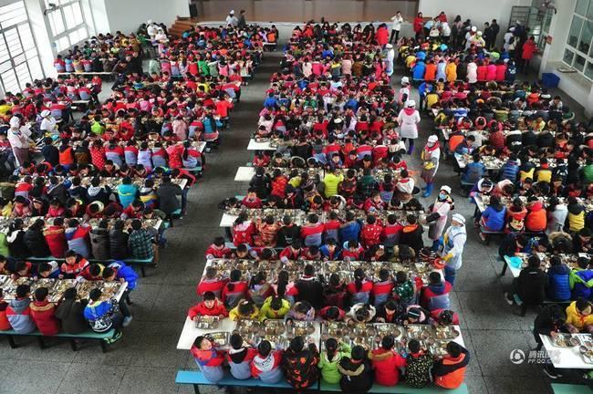 武汉最大农村寄宿小学 984名学生共进午餐(组图)