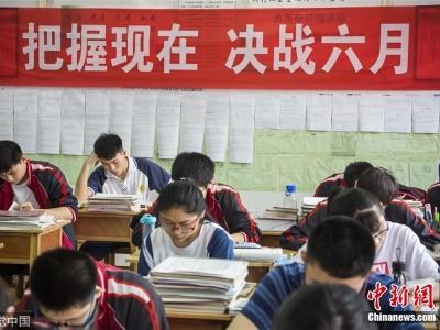 高考临近 高三学子紧张复习备战考试
