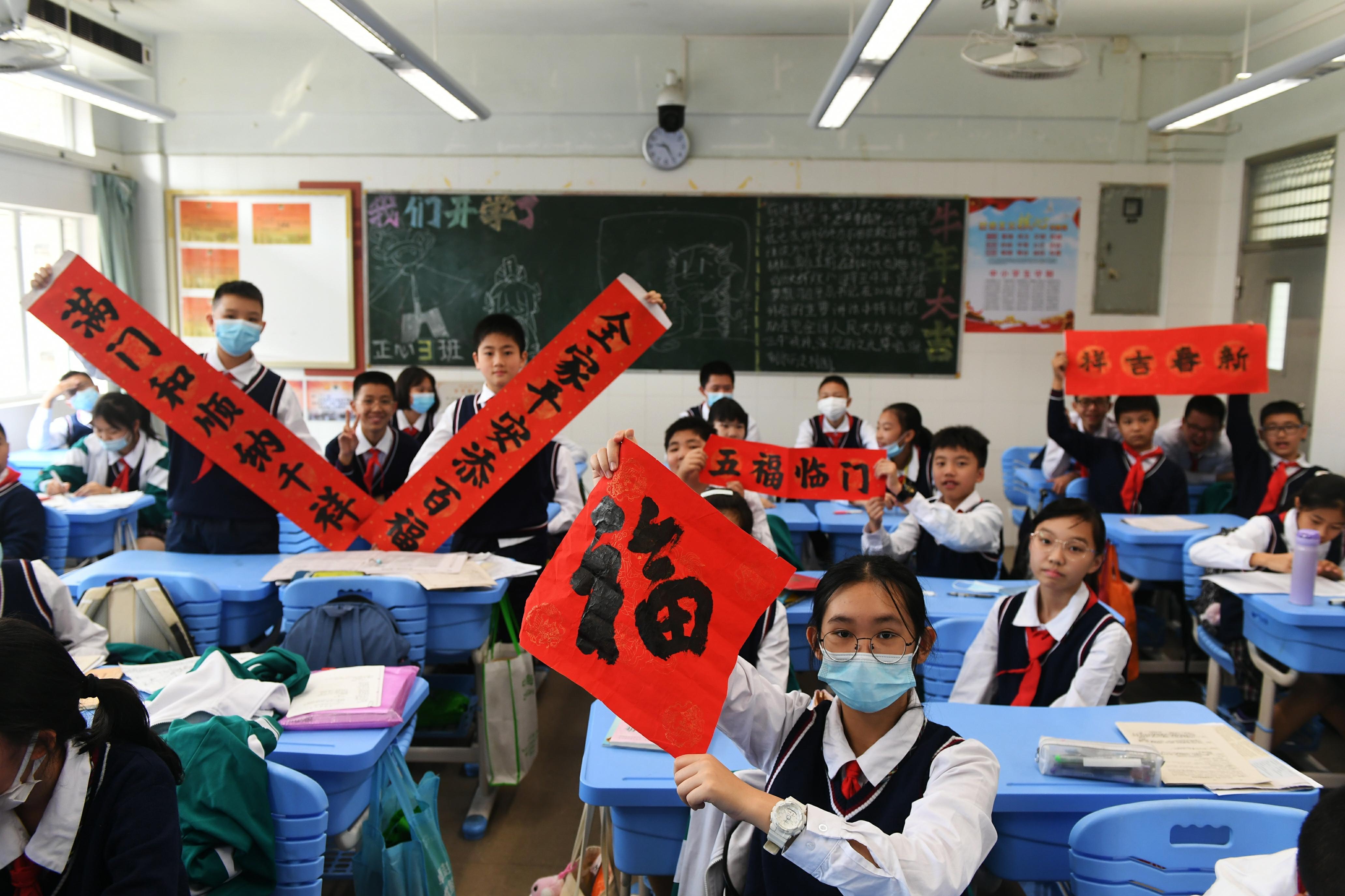 """广州中小学今早开学!牛气冲天年味十足,校长喊话""""收心啦"""""""